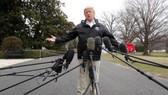 美國總統特朗普當地時間3月8日在白宮外面就相關問題答媒體提問。(圖源:路透社)