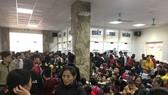 數百家庭送其孩子前往中央瘧疾、昆蟲與寄生蟲院排隊等待做絛蟲檢驗。(圖源:定阮)