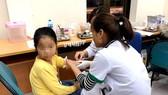 北寧省順城縣的1名小學生獲送至中央熱帶病醫院抽血做條蟲檢驗。(圖源:翠英)