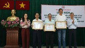 大會向長期支持社會人道活動企業、團體頒發獎狀。