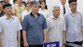 出庭受審的4名被告陳德政(左一)、阮玉事(左二)、張文線(右二)及范青山(右一)。(圖源:越勇)