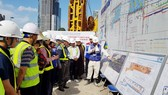 市越南祖國陣線委員會主席蘇氏碧珠率領代表團前往參觀視察地鐵1號線項目工地。