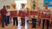 鄭成龍理事長向各熱心人士贈送紀念金牌。