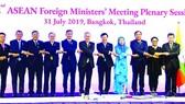 范平明副總理(右五)與東盟外長在AMM-52全體會議上。(圖源:越通社)