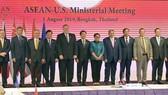 范平明副總理(左四)與東盟-美國各國外交部長合照。(圖源:越通社)