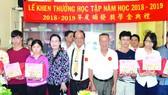 政府部門領導與理事向大學生頒獎。