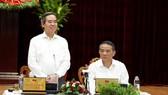 中央經濟部長阮文平(左)在會上發表講話。(圖源:誠忠)