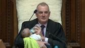 新西蘭議長邊主持邊給孩子餵奶照片走紅