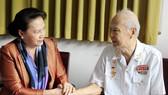 Chủ tịch Quốc hội Nguyễn Thị Kim Ngân trao quà tết cho gia đình chính sách, người nghèo