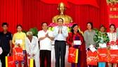 Chủ tịch Ủy ban Trung ương MTTQ Việt Nam trao quà cho hộ nghèo tại TP Cần Thơ