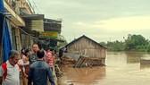 Sạt lở làm 7 căn nhà đổ sập hoàn toàn xuống sông trong đêm