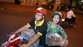 Việt Hương đi xe máy trao quà tết cho người nghèo giữa đêm