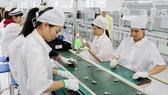 Sản xuất phụ kiện điện thoại di động tại một doanh nghiệp 100% vốn Hàn Quốc tại Thái Nguyên. (Nguồn: TTXVN)