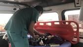 Bệnh nhi Trần Hữu Ph., được tàu SAR 274 đưa từ đảo Cù Lao Chàm về đất liền cấp cứu