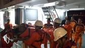 Các nhân viên tàu SAR 412 đưa nạn nhân về đến đất liền cấp cứu