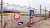 """Khu vực biển Nam Ô bị rào chắn và cắm biển """"cấm vào"""". Ảnh: NGUYÊN KHÔI"""
