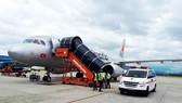 Xe cấp cứu chờ sẵn ở sân bay Đà Nẵng để cứu hành khách ngất xỉu trên chuyến bay BL211 từ Hà Nội đi Đà Lạt hạ cánh khẩn cấp xuống sân bay Đà Nẵng