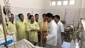Bộ trưởng Bộ GTVT Nguyễn Văn Thể thăm các nạn nhân tại bệnh viện