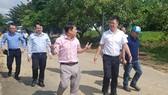 Đoàn kiểm tra của Cục Quản lý tài nguyên nước do ông Châu Trần Vĩnh - Phó Cục trưởng dẫn đầu kiểm tra tại nhà máy nước Cầu Đỏ