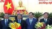 Bí thư Thành ủy Đà Nẵng Trương Quang Nghĩa tặng hoa chúc mừng cho ông Lê Trung Chinh (bìa phải) vừa được bầu vào chức danh Phó Chủ tịch UBND TP Đà Nẵng