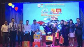 Ban tổ chức tặng quà cho mẹ Việt Nam anh hùng