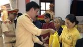 CSGT Công an TP Đà Nẵng tặng quà cho gia đình có công cách mạng