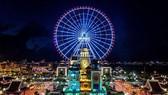 Vòng quay Sun Wheel tại công viên châu Á Đà Nẵng thắp lên ánh sáng xanh