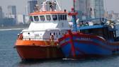 Tàu SAR 274 đưa 7 thuyền viên gặp nạn cùng tàu ĐNa 91087 TS về đến Đà Nẵng an toàn