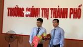 Ông Võ Văn Thương, Trưởng Ban Tổ chức Thành ủy Đà Nẵng trao quyết định cho ông Nguyễn Đình Thuận (bìa trái)