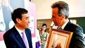 Ông Lê Trung Chinh, Phó Chủ tịch UBND TP Đà Nẵng tặng quà cho ông Siegfried Nagl, Thị trưởng thành phố Graz (Áo)