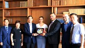 Ông Lê Trung Chinh, Phó Chủ tịch UBND TP Đà Nẵng tặng quà cho Cơ quan xúc tiến du lịch Séc