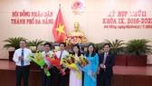 Lãnh đạo Thành ủy, HĐND TP Đà Nẵng tặng hoa chúc mừng các đại biểu được bầu vào chức danh mới