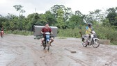 Người dân vận chuyển đồ đạc về nhà
