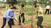 Lực lượng kiểm lâm VQG Yok Đôn và phóng viên báo chí tham gia trồng cây. Ảnh CÔNG HOAN
