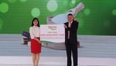 Đại diện Công ty CP đường Việt Nam trao hỗ trợ cho tỉnh Khánh Hòa
