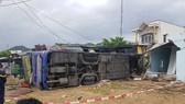 Xe khách đâm vào nhà dân, hàng chục người nhập viện