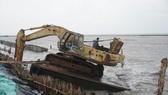 Đánh chìm sà lan, xếp 10.000 bao tải cát cứu đê biển