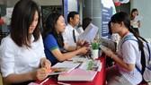 Thí sinh tìm hiểu thông tin để đăng ký xét tuyển vào Trường ĐH Tôn Đức Thắng
