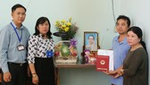 Ba mẹ Hoàng Xuân Trúc nhận bằng cử nhân cho con từ Ban Giám hiệu Trường ĐH Sài Gòn
