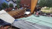 Nhiều nhà dân tại thành phố Nha Trang bị tốc mái. Ảnh: VĂN NGỌC
