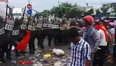 Nhiều người dân ở thị trấn Phan Rí  quá khích tấn công lại lưc lượng công an.