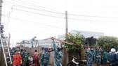 Lực lượng bộ đội đang giúp người dân khắc phục hậu quả