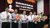 Ông  Lê Tuấn Phong (thứ 3 từ phải qua) được bầu làm Phó Chủ tịch UBND tỉnh Bình Thuận.