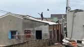 Người dân đảo Phú Quý đang khẩn trương gia cố nhà cửa. Ảnh: ĐỨC TÍN