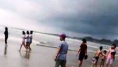 Vụ đuối nước tập thể thương tâm xảy ra tại bãi biển thuộc thị xã La Gi khiến 4 người chết, 2 người mất tích và 5 người bị thương.