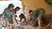 Military soldiers help residents repair flood consequences (Photo: SGGP)