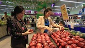 The Consumer Index (CPI) in October gained 0.41 percent over September and 2.98 percent year-on-year. (Photo: VNA)