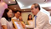HCMC Party Leader Nguyen Thien Nhan gives certificates of merit to teams for well implementing propaganda and education work in 2017 at a conference on January 11 (Photo: SGGP)