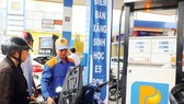 Businesses have been required not to increase petrol price ahead of the Tet holiday (Photo: SGGP)