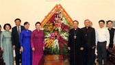 National Assembly Chairwoman Nguyen Thi Kim Ngan (left, in pink) visits Ho Chi Minh City Archdiocese. (Photo: VNA)